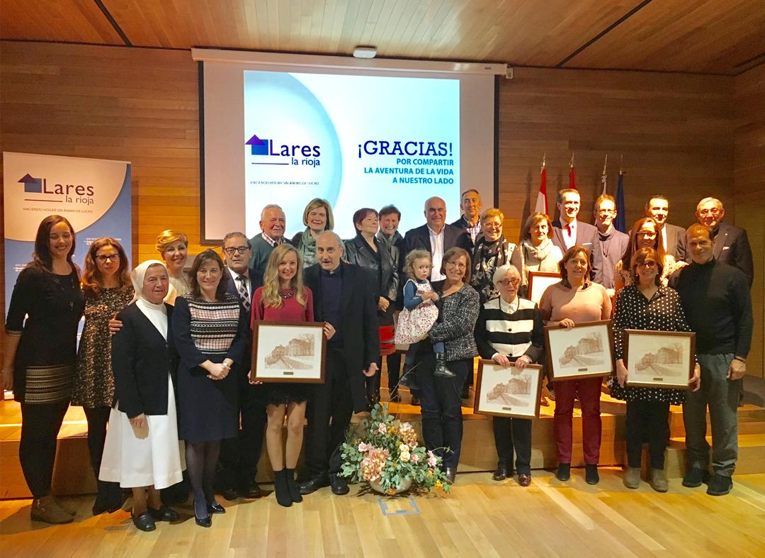 Foto de familia de los premiados en los I Premios LARES La Rioja